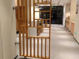 前通后通的对门,泰兴汉庭酒店的木纹不锈钢屏风这样摆放的?
