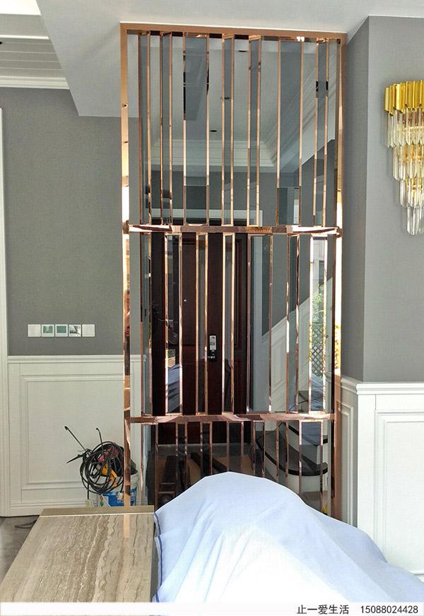镜面玫瑰金不锈钢灰色玻璃屏风进门玄关装饰效果图
