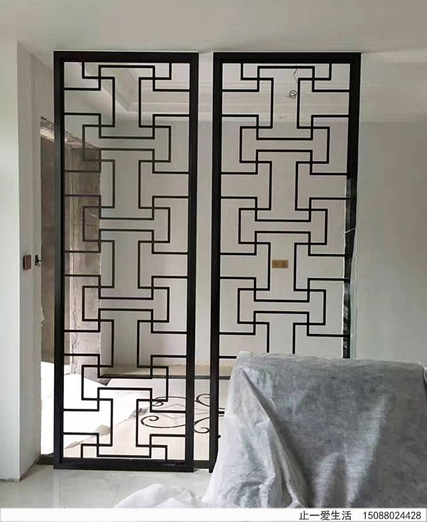 为什么家居进门玄关比较流行现代简约的镂空不锈钢屏风?这个得从现代简约屏风的特点说起。 先看看现代简约屏风有什么特点吧。 现代简约风格的屏风特点: 1、简约现代屏风应以通透为主。客厅玄关的间隔以通透的磨砂玻璃、透光云石板和较厚重的木板为佳,如果为追求风格必须采用木板,也应该采用色调较为明亮而非花哨的木板。