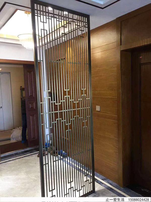 现代简约风格造型的青古铜不锈钢板镂空切割屏风家居入门装饰效果图