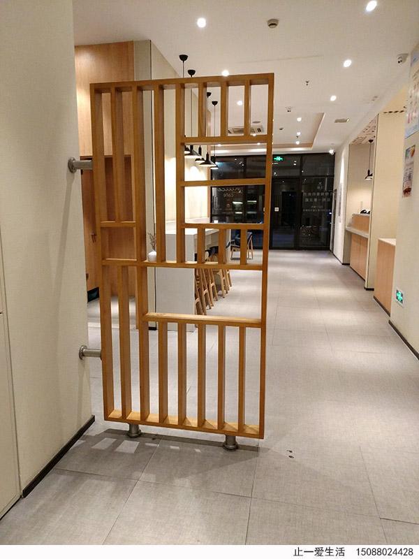 泰兴汉庭酒店的木纹不锈钢屏风效果图-从后门向正门方向拍照
