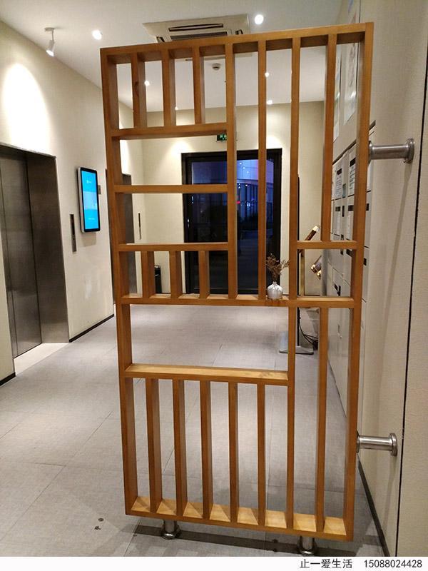 泰兴汉庭酒店的木纹不锈钢屏风效果图-从正门向后门方向拍照