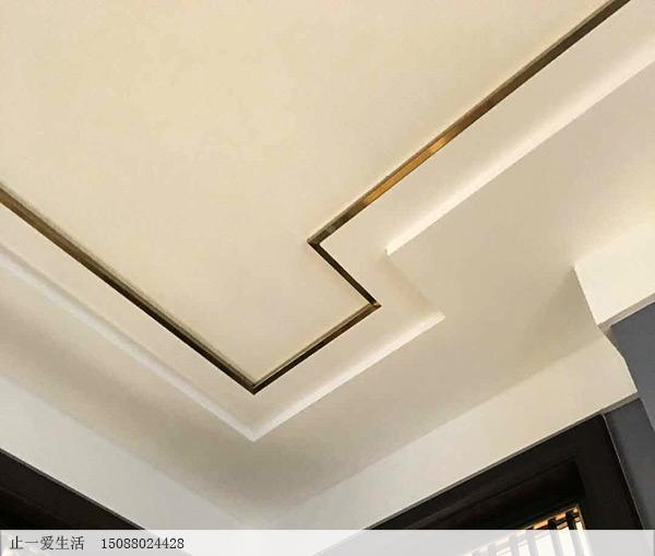 时尚家居天花板拉丝玫瑰金不锈钢装线条现场安装效果图  越来越多人客厅不只是吊顶+灯带了,现在流行这种在吊顶上加线条装饰,风格独特效果美有档次。简欧风、新中式和现代等多种风格最突出的元素就是线条非常多,所以在做完基础吊顶后,师傅在吊顶上加上线条,想到的是,效果出来后居然会这么美。