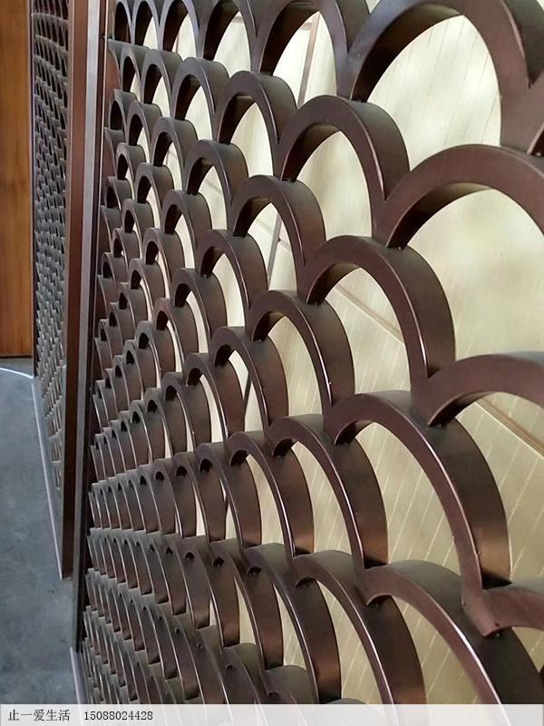 拉丝古铜立体的鱼鳞花格屏风工艺细节图
