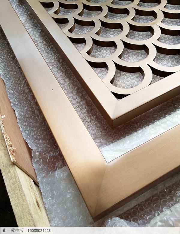 拉丝玫瑰金的平面鱼鳞花格屏风边框拼接工艺近大图