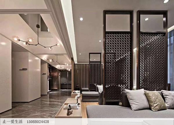 边框顶天立地,中间花纹在中间,不到顶也不到地的不锈钢半高屏风,阿拉伯风格屏风沙发背景墙屏风效果图