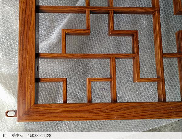中式木纹不锈钢花格屏风近大图
