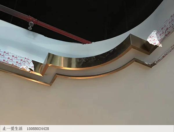 吊顶走一圈不锈钢线条安装角位处交接效果图