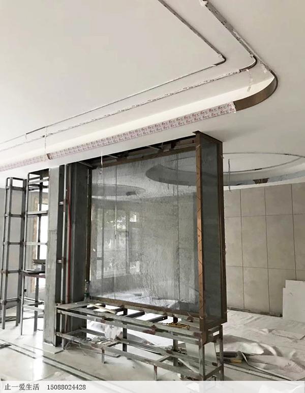 吊顶走一圈不锈钢线条安装带弧度的圆角位效果图