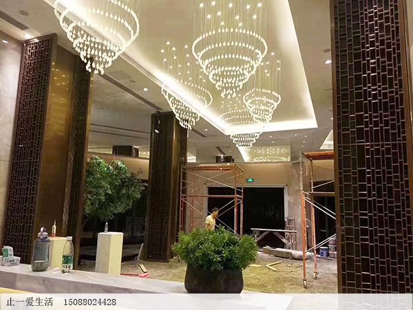 酒店大堂柱子装饰不锈钢镂空花格屏风安装效果