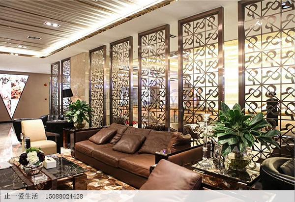 公司休闲会议室沙发背景墙不锈钢镂空屏风效果图