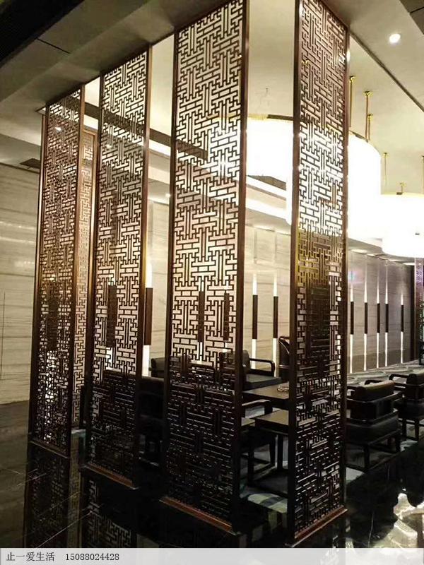 餐厅万字花格不锈钢镂空花格屏风隔断,通顶设计的顶天立地玫瑰金屏风
