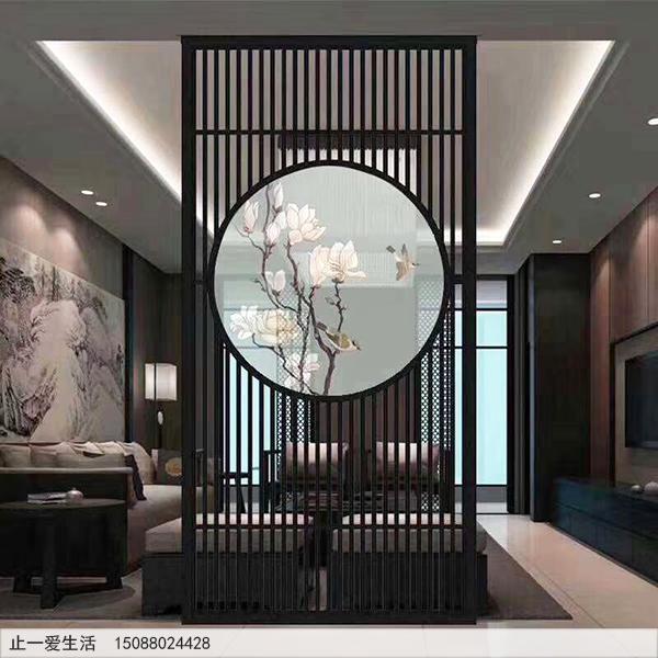 简约竖条屏风中间镶嵌白色的半透明艺术玻璃图片