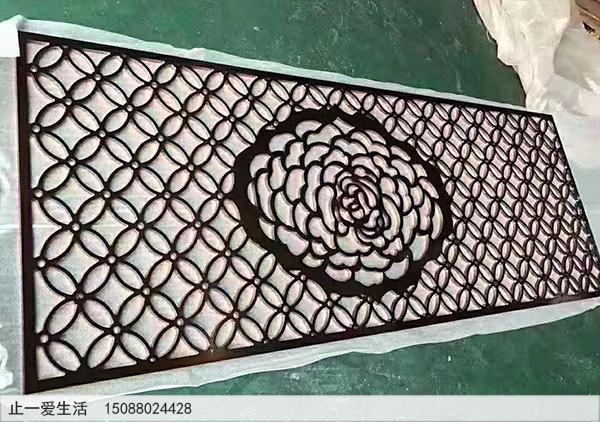 用不锈钢板激光镂空的屏风,中间有一朵镂空的牡丹花,很醒目