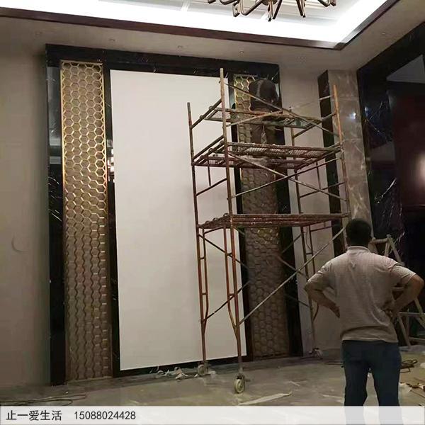 蜂窝状图案钛金不锈钢花格电视背景墙安装现场