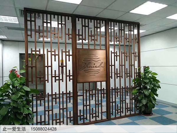 古铜色写字楼公司不锈钢屏风隔断安装实拍效果图