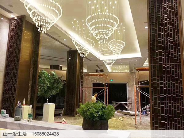 酒店高端的不锈钢花格屏风安装效果图