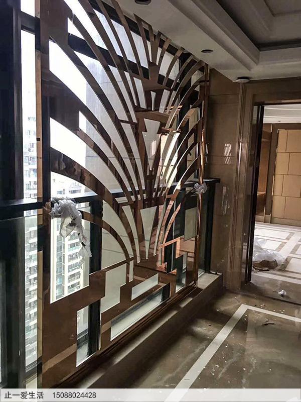 安装在窗边的镜面玫瑰金不锈钢屏风