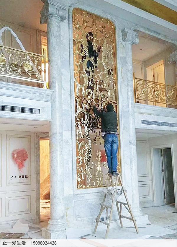 别墅内欧式不锈钢屏风搭配欧式铝雕护栏装饰效果图