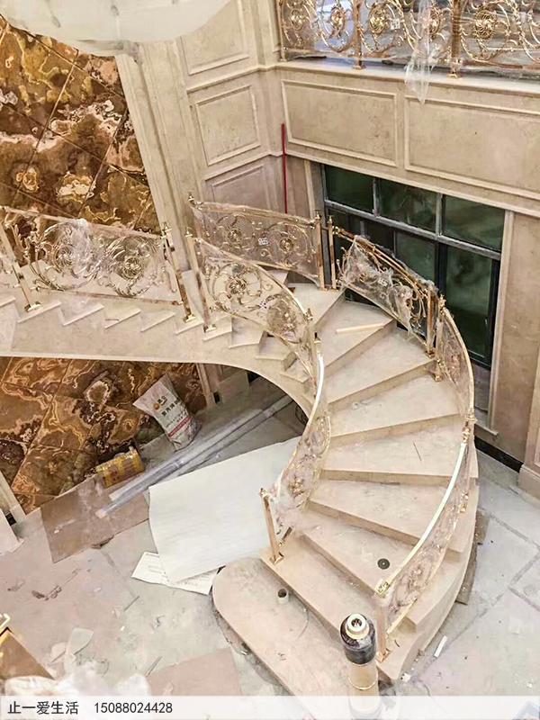 别墅内欧式铝雕K金护栏,旋转楼梯安装工程现场2