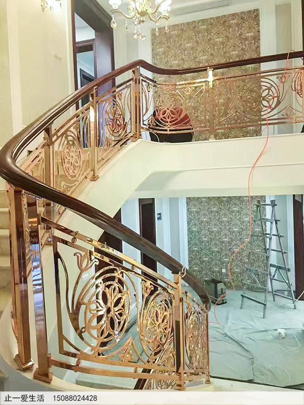 复式别墅镜面K金铝雕楼梯护栏安装效果图1-郁金香雕花图案