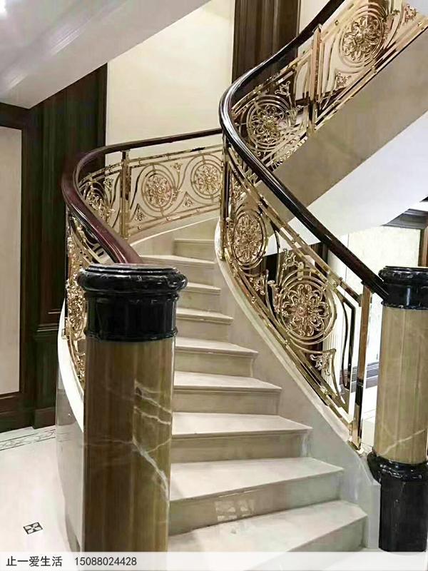 复式别墅镜面K金铝雕楼梯护栏安装效果图2-郁金香雕花图案