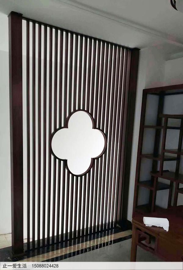 带有梅花图案的进门玄关竖条屏风,造型简单,却很有特色