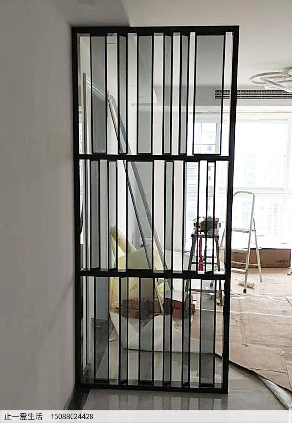 进门客厅不锈钢玻璃结合的屏风隔断,镜面黑钛效果图
