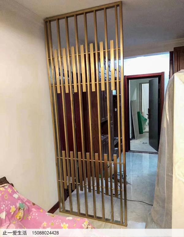 现代简约竖条穿管拉丝玫瑰金屏风家居进门玄关位置安装效果图