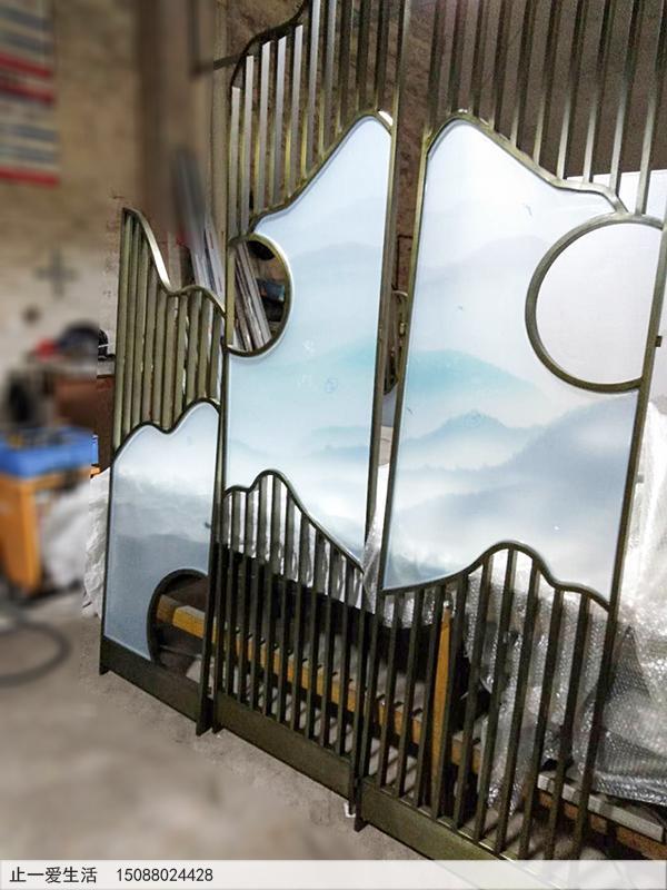 青古铜不锈钢艺术玻璃四扇折叠屏风——山间小村庄。