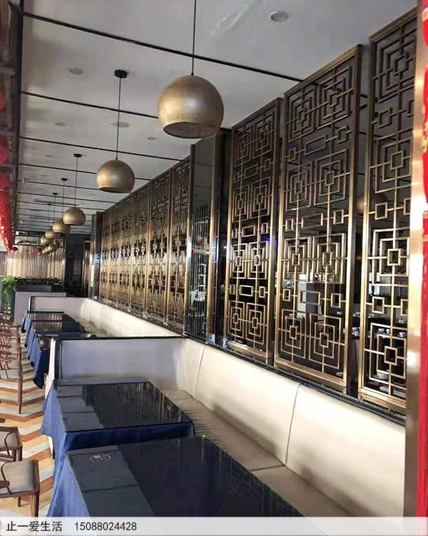 茶餐厅安装的拉丝香槟金中式不锈钢花格隔断2