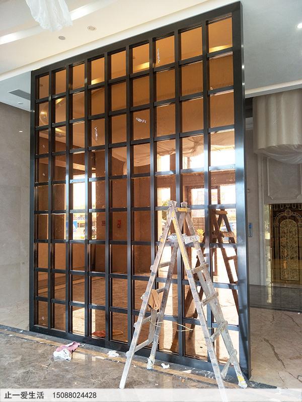 中山大雁酒店大堂进门黑钛不锈钢屏风隔断安装效果图