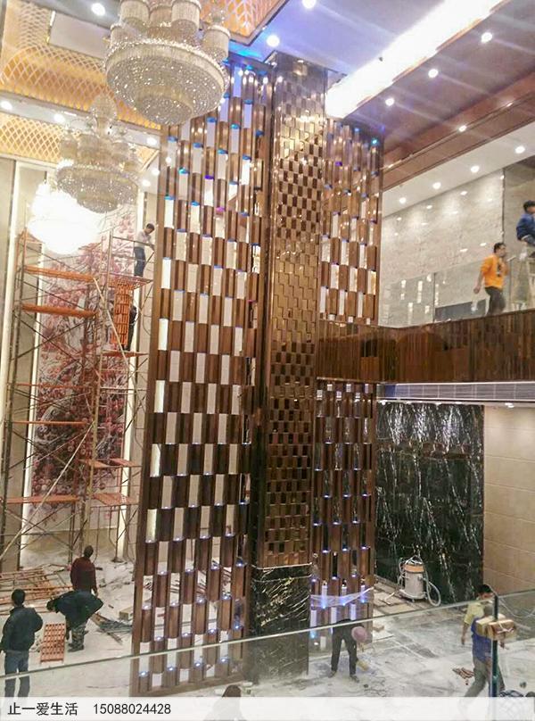竖向构件组装的花格隔断:湛江吴川国家假日酒店不锈钢屏风隔断安装效果图,带LED装饰彩灯