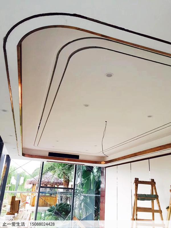 拉丝玫瑰金不锈钢装饰吊顶安装过程图,拐角带弧形的装饰效果图