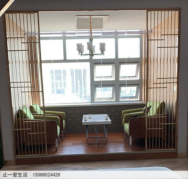 简约拉丝黄铜不锈钢屏风,衬托着轻奢的室内装饰