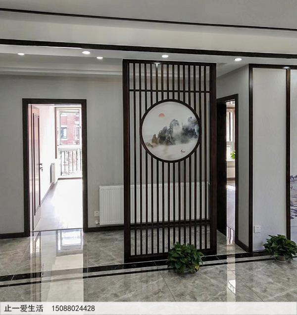 带艺术玻璃山水画的新中式不锈钢屏风进门区效果图