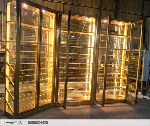 采用双开玻璃门的拉丝香槟金不锈钢展厅式酒柜