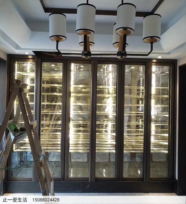 客厅与餐厅之间的陈列架式不锈钢酒柜
