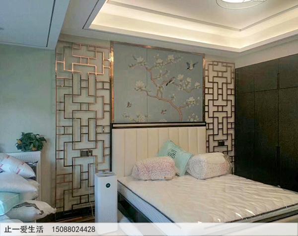 亮面玫瑰金万字花格卧室床头不锈钢屏风效果图