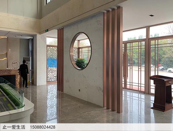 售楼部不锈钢装饰屏风隔断设计-进门玄关区拉丝玫瑰金条形不锈钢屏风隔断效果图