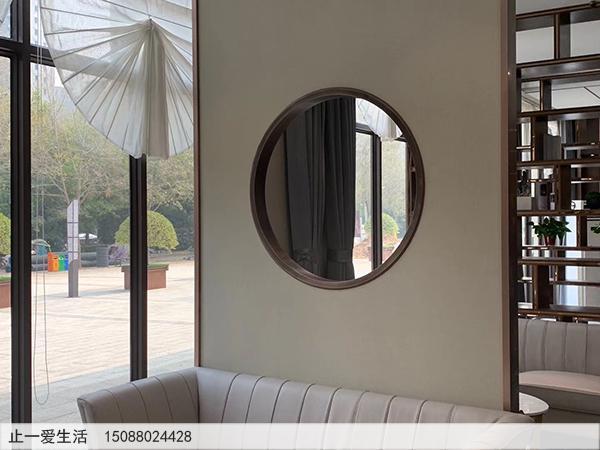 售楼部不锈钢装饰屏风隔断设计-实体隔断墙中间的镂空的圆圈装饰效果图