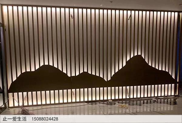 不锈钢镂空的山水屏风背景墙-带灯光的酒店背景墙效果图
