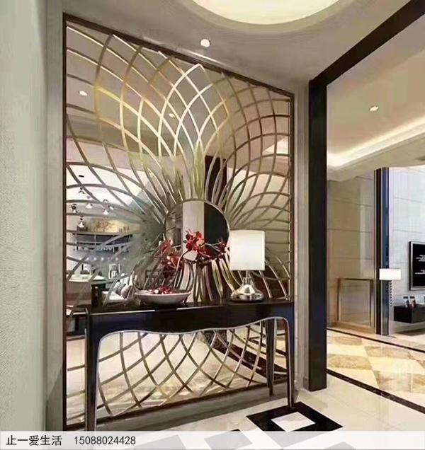 室内的不锈钢迎门墙镂空太阳花造型