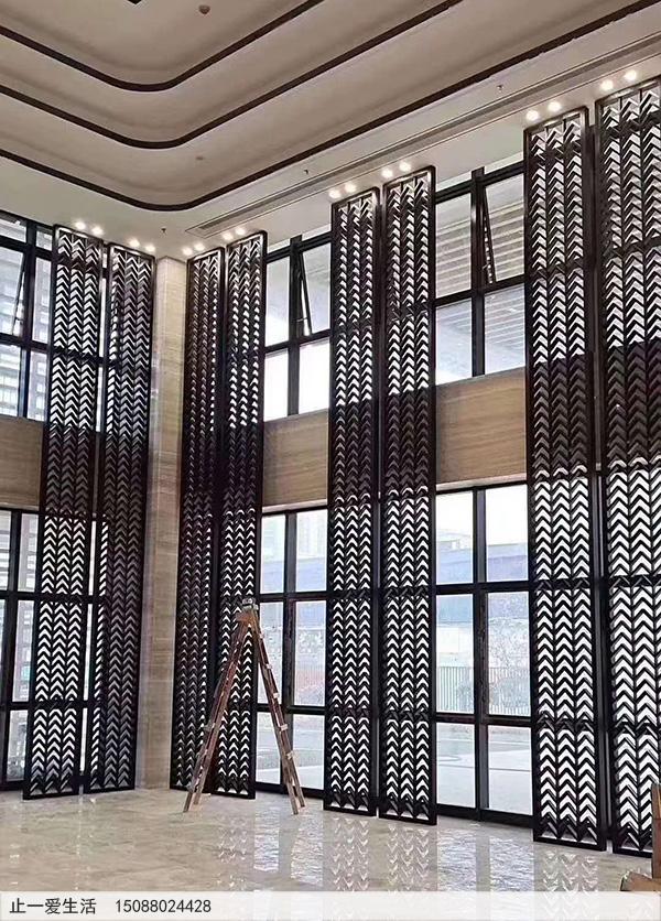 酒店大堂玻璃墙面前不锈钢隔断墙面屏风效果图