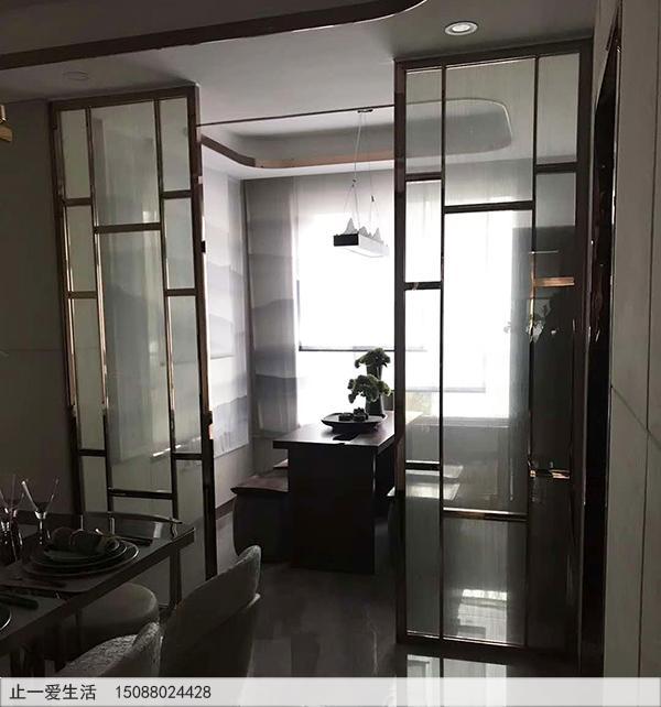 家居厨房与餐厅隔断现代轻奢不锈钢玻璃屏风效果图