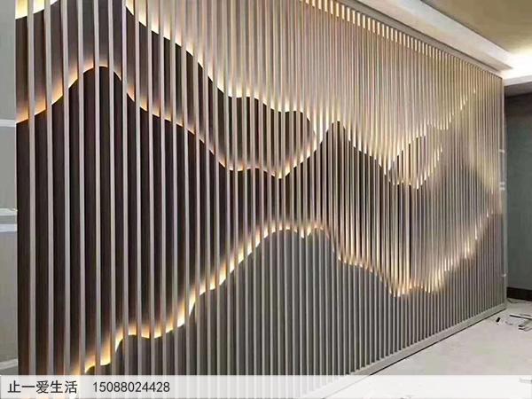 室内带暖白灯光的山形不锈钢背景墙屏风隔断图片