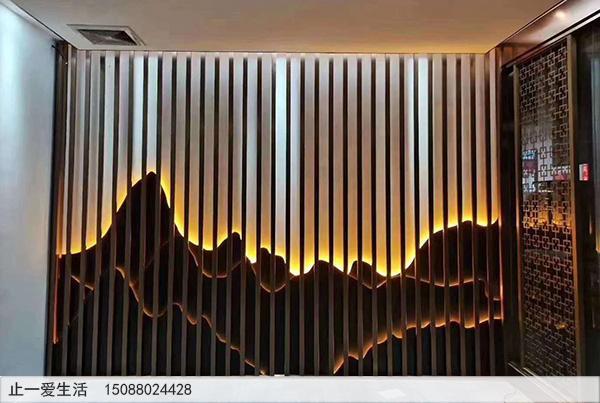 室内带黄色灯光的山形不锈钢背景墙屏风隔断图片