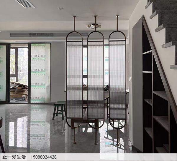 现代家庭餐厅棒棒糖不锈钢屏风隔断实景图