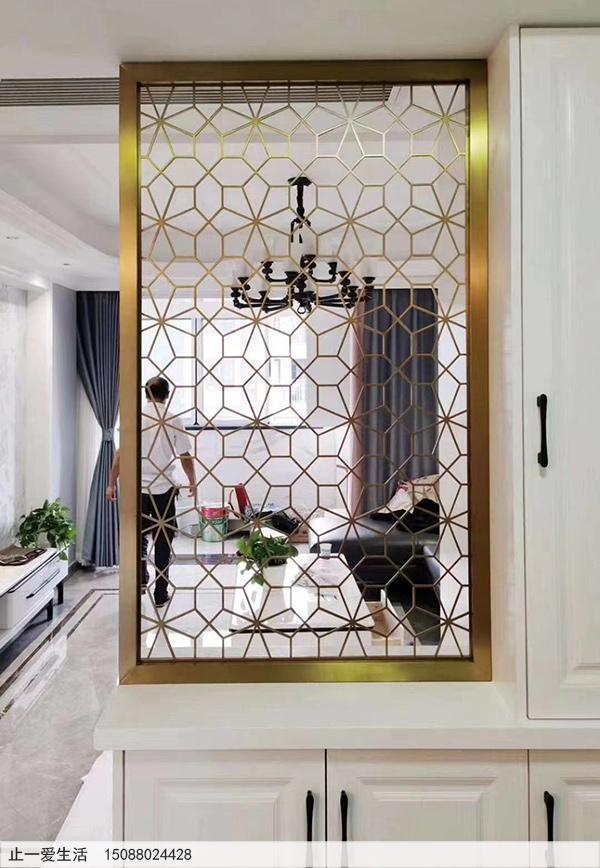 拉丝钛金的玄关柜上的镂空不锈钢屏风效果图