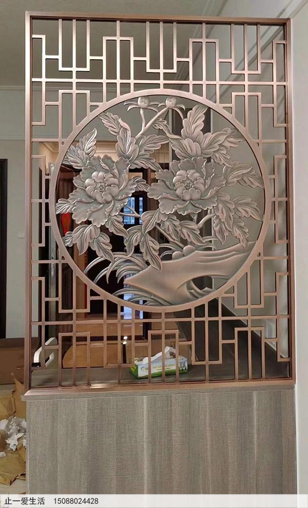 玄关柜上的拉丝红古铜中式不锈钢铝板雕刻屏风实景图